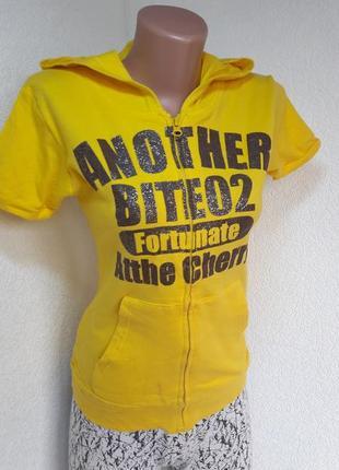 Жёлтая футболочка с капюшеном