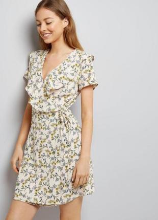 Нежное бежевое платье в цветочный принт new look