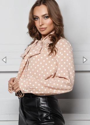 Бежевая блуза в горошек