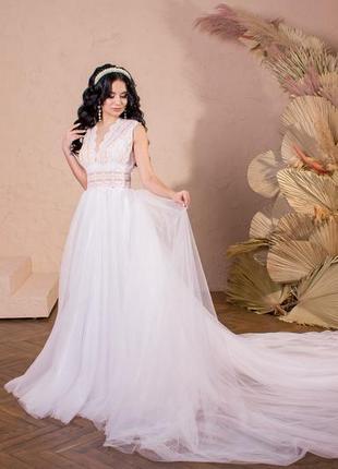 Шикарное свадебное платье в стиле бохо со шлейфом