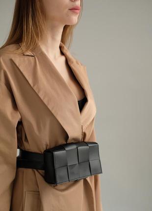 Женская сумка на пояс плетеная в стиле bottega черная
