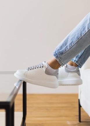 Кроссовки alexander mcqueen white black leather белые с серыми вставками  женские