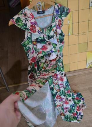 Летнее платье с тропическим принтом