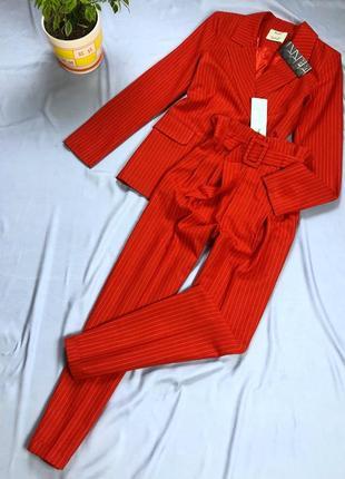 Идеальный яркий красный костюм в тонкую полоску