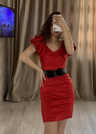Шикарное красное атласное платье с воланами