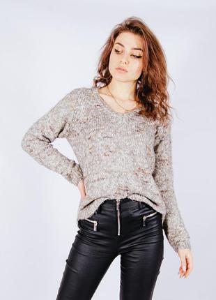 Бежевый свитер женский
