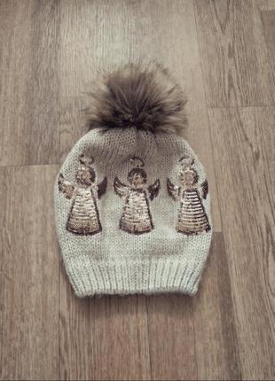 Бежеаая вязаная шапочка шапка для девочки с ангелочками и помпоном