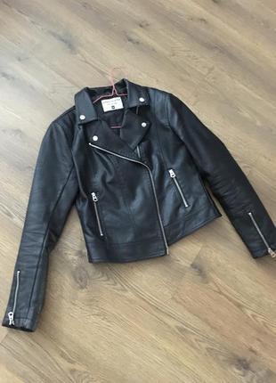 Куртка - косуха жіноча приталеного силуету.