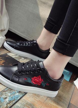 Черные кроссовки кеды мокасины слипоны с вышивкой