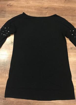 Новый чёрный свитер с жемчугом на рукавах