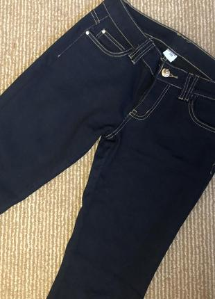 Темные джинсы зауженные к низу