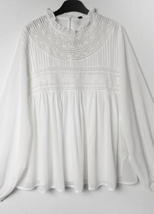 Белая свободная блуза с кружевными вставками