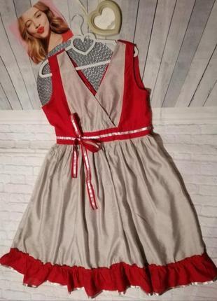Красное с серым платье миди на запах с воланом