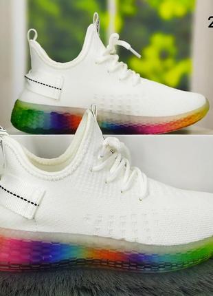 Женские белые текстильные кроссовки на яркой разноцветной подошве