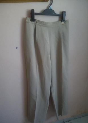 Стильные бежевые брюки сверху на резинке с карманами