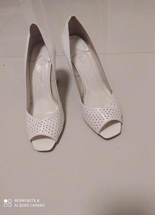 Красивые туфли из натуральной кожи ,белого цвета