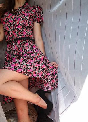 Красивое короткое платье в цветочный принт