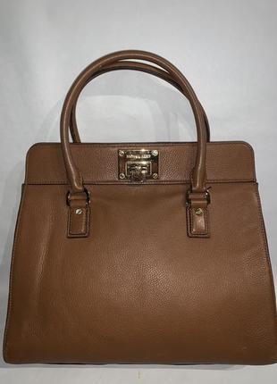 Кожаная фирменная обьемная сумочка на/ в руку michael kors.