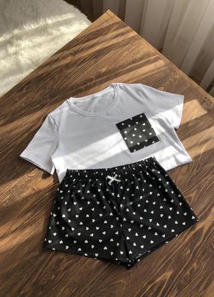 Пижама с белой футболкой и чёрными шортами в белые сердечки