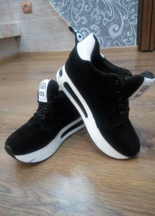 Красивые стильные кроссовочки