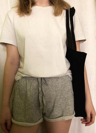 Базова футболка h&m з сіруватим відтінком🤩