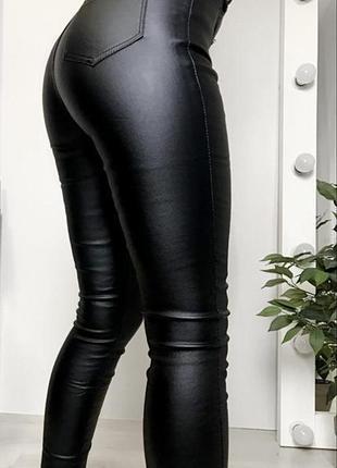 Модель 2021 чёрные кожаные лосины по фигуре штаны с высокой посадкой с напылением экокожи5 фото