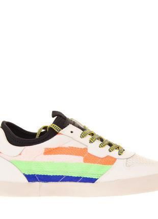 Продам новые итальянские кроссовки  d.a.t.e.  100%кожа, цвет белый с вышивкой 26 см.