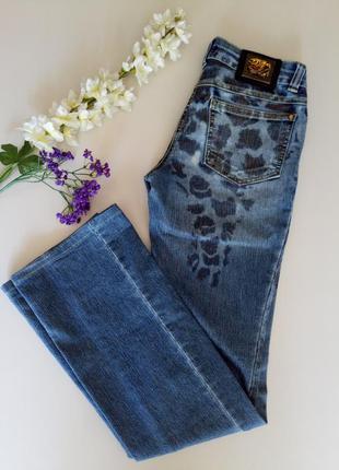 Синие джинсы в пятнах