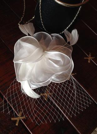 Белая мини  шляпка шляпа  цветок с перьями и вуалью