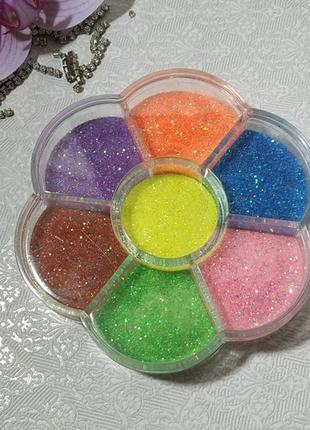 """Пісок в контейнері, кольоровий """"квітка""""."""