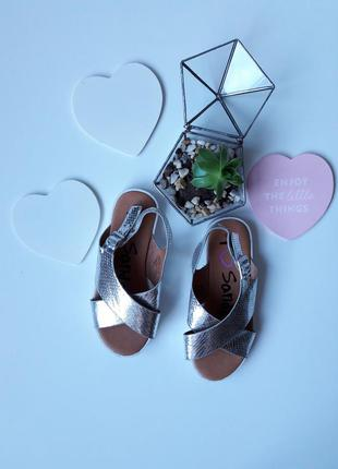 Стильные серебристые босоножки сандали