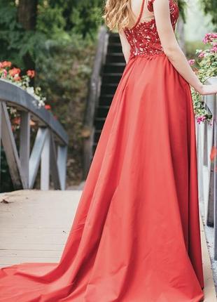 Выпускное платье красного цвета со шлейфом