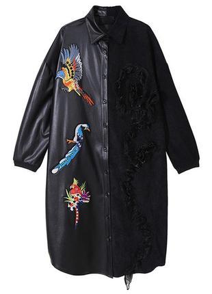 Эфеектное платье тренч  из экокожи и вельвета с вышивкой.