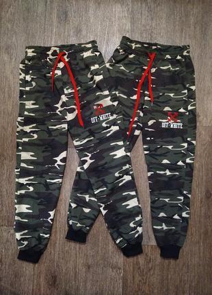 Трикотажные спортивные штаны для мальчика хаки камуфляжные двунитка без начеса off white