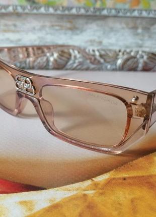 Солнцезащитные нюдовые очки c стильным и элегантным логотипом на переносице,