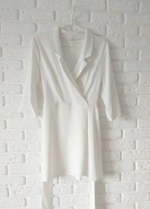 Белоснежное платье с поясом