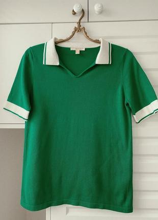 Яркое поло зелёного цвета с белым воротником