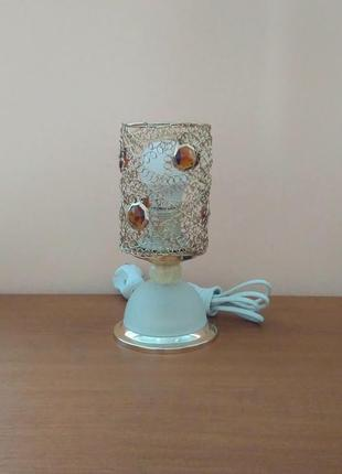Небольшая настольная лампа ночник с ажурным плафоном