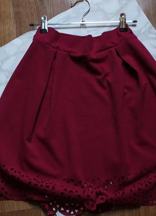Малиновая юбка с перфорацией