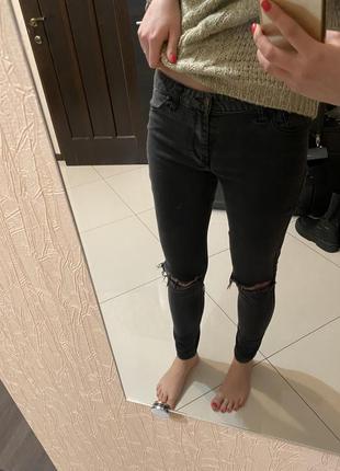 Чёрные штаны с дырками на коленках