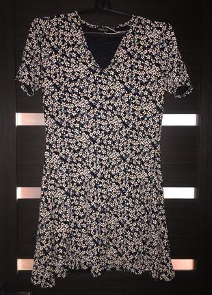 Красивое платье с v-образным вырезом от boohoo в цветочный прини