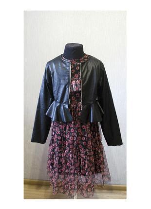 Модное платье в цветочный принт с длинными рукавами и кожаный пиджак