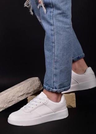 Белые локаничные базовые кроссовки