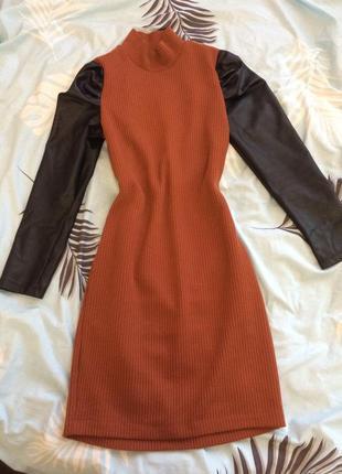 Платье в рубчик с кожаными рукавами