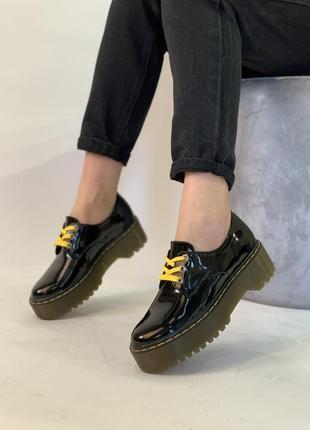 Черные лаковые туфли-броги на толстой подошве!