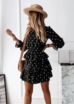 Чёрное платье в горошек с рюшей