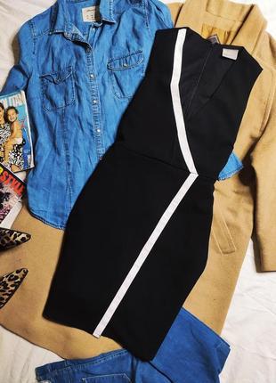 Vero moda чёрное костюмное платье с белой ассиметричной полосой по фигуре классическое