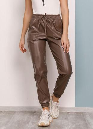 Cтильные  брюки джоггеры из эко-кожи разные цвета