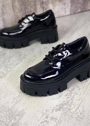 Кожаные лаковые туфли на шнуровке натуральная кожа на грубой подошве