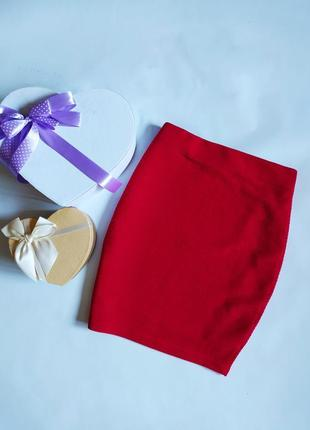 Красная облегающая фактурная юбка